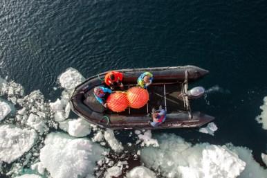 Die Crew sammelt verlassene Bojen ein