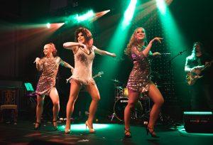 Drag show voi pitää sisällään myös tanssijoita, livelaulua ja bändin.