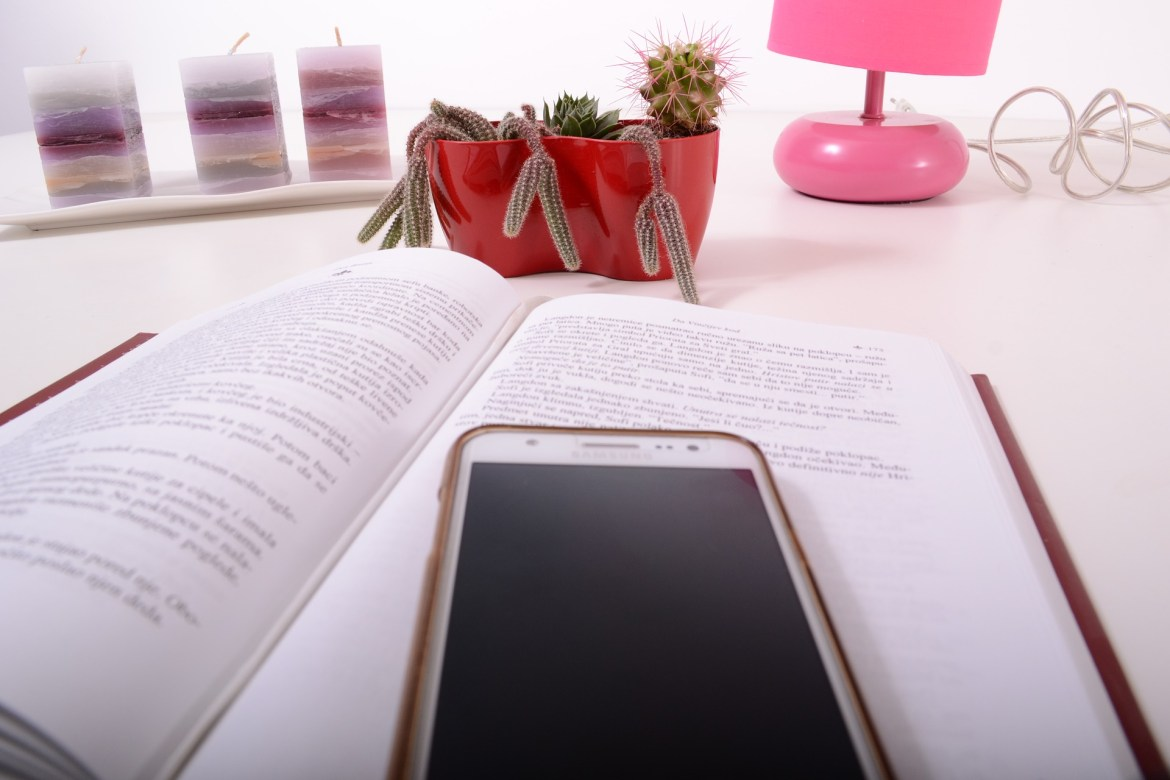 desk, phone, indoor plants, pink lamp, candles