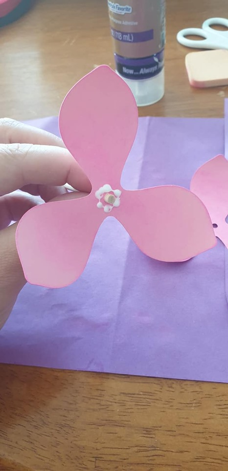 Anemone and vase tutorial - put some glue on first petal around the wooden dowel