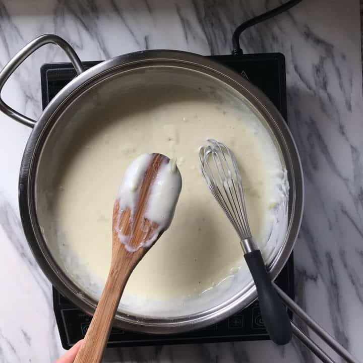 The thickness of the sauce is indicated on the back o fa wooden spoon.