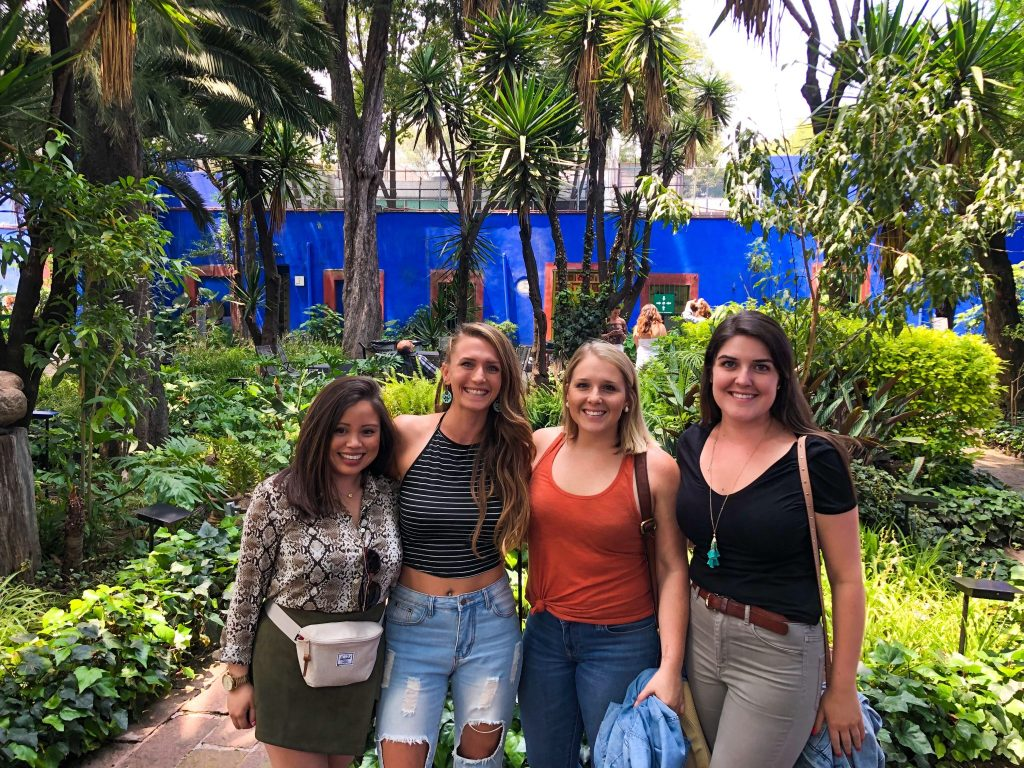 four women inside museo frida kahlo