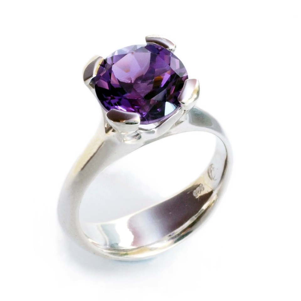Anemone ring with amethyst