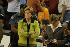 Legendary Tennessee women's basketball head coach Pat Summit (in green) at a game against Texas in 2008. (Wikimedia Commons/aaronisnotcool/Creative Commons 2.0 license)