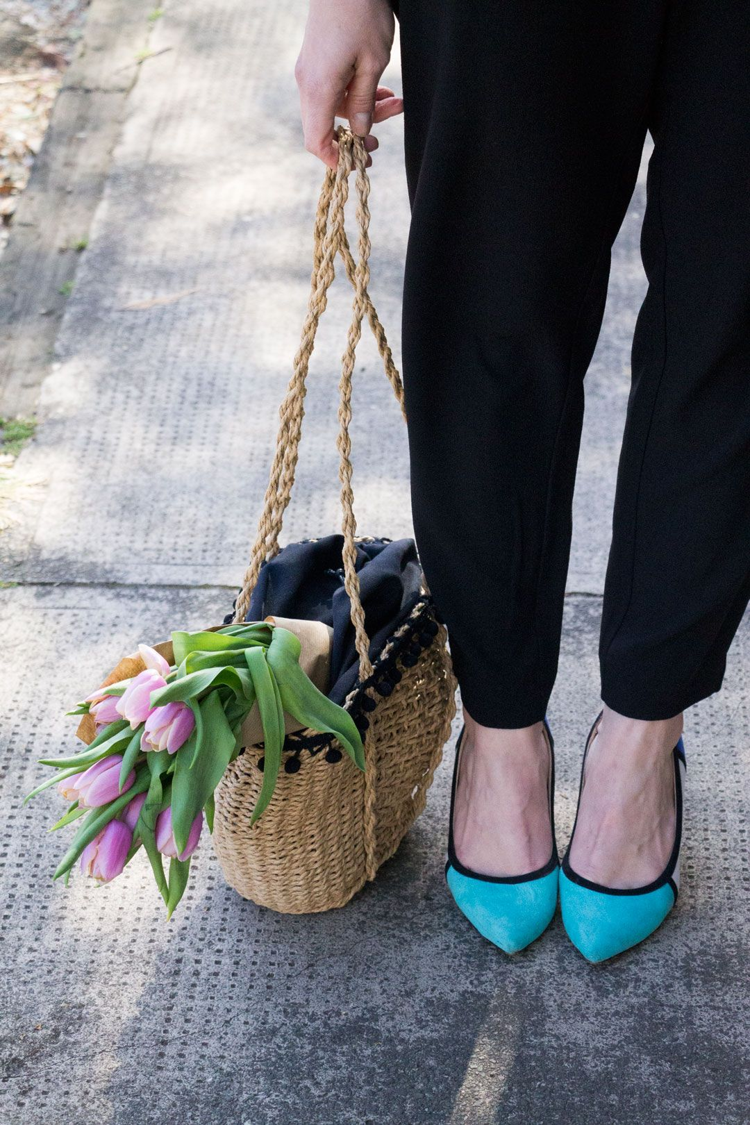 She talks Glam | Detail: blue heels and wicker bag | Polka dots shirt, pleated pants and light denim jacket | Blue heels and wicker ZARA bag | Cambridge Fashion