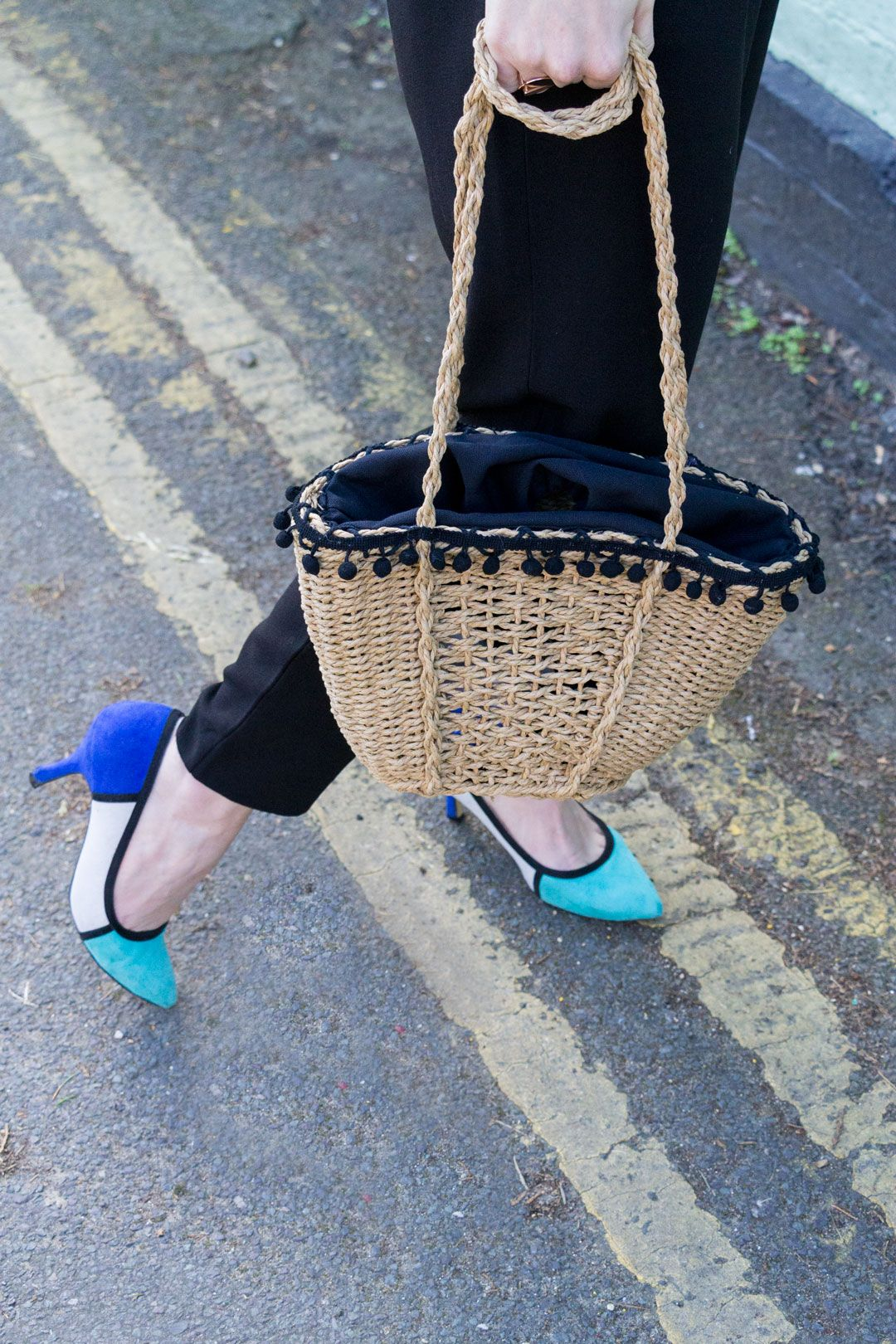 She talks Glam | Detail shot: three colour block low heels and wicker bag with mini pompons | Polka dots shirt, pleated pants and light denim jacket | Blue heels and wicker ZARA bag | Cambridge Fashion