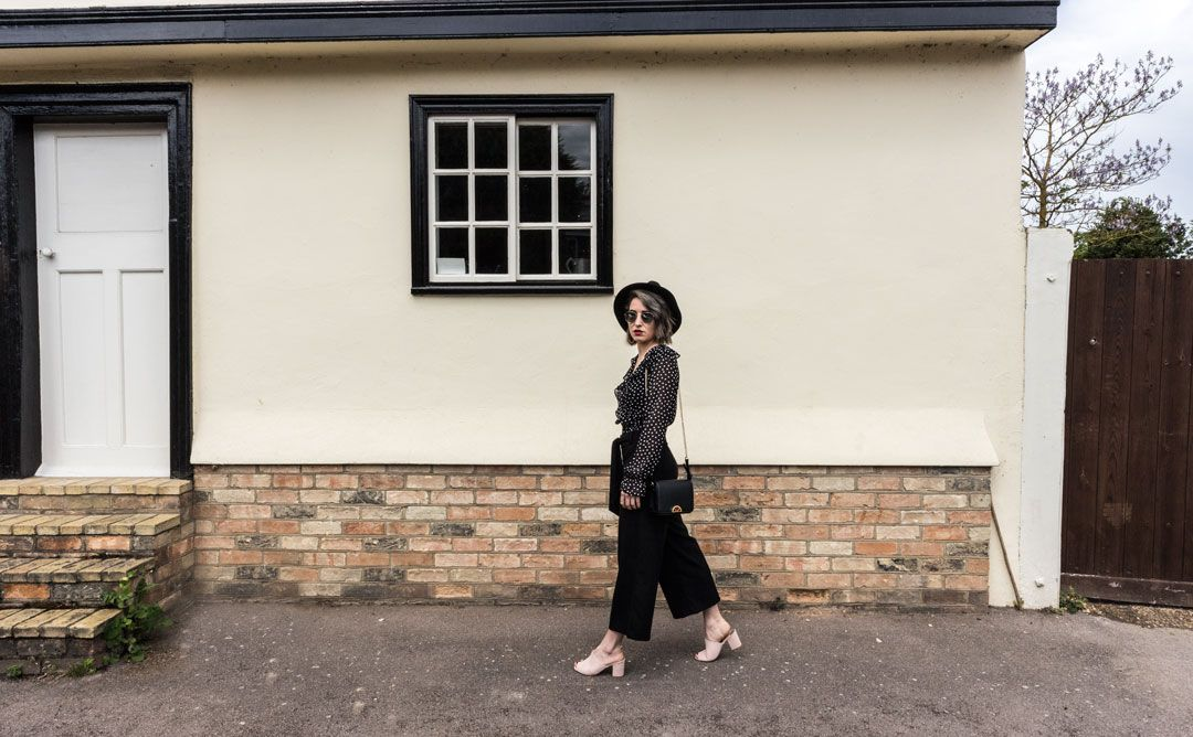 She talks Glam   Polka dots blouse & Culottes   Fedora Hat   Boho chic look   Nude mules   Realisation dress   Ruffled polka dot blouse   Gold-chain bag   All black outfit   Effortless chic   Mirror sunglasses   Positive fashion   Cambridge Fashion   Spanish blogger   OOTD   Polka dots   Fashion Blogger
