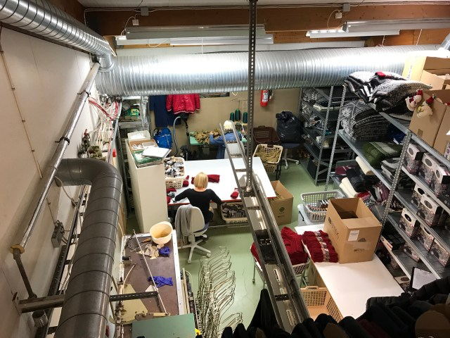 < Making wool clothing in the wool store >