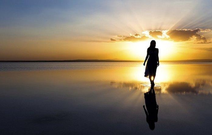 femme et coucher de soleil