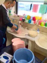 洗い物をお手伝い体験中。