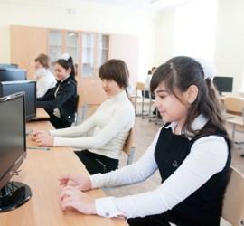 На фото - высокотехнологичный компьютерный класс в Крыму. Мониторы без системных блоков.