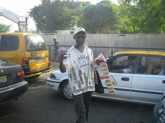 路上でマニ(ピーナッツ)を売るハイチ系の男性、サント・ドミンゴにて