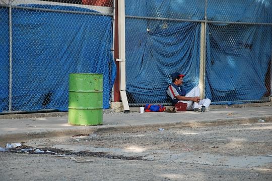 トライアウトの出番を待つ少年、ドミニカ共和国サント・ドミンゴにて