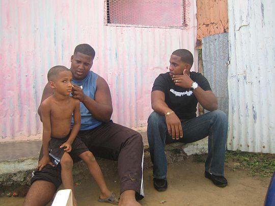 ジョルキンの代父のジュニオール(右)は、父親ジョニーのコンパドレ。ドミニカ共和国、バニにて