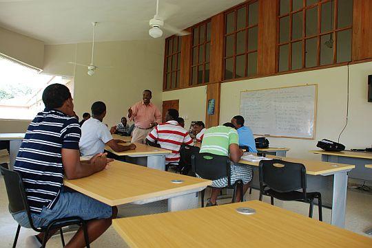 ラーラ先生と選手の英会話レッスン。ドミニカ共和国サント・ドミンゴ郊外にて。