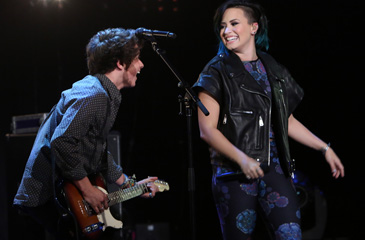 """Demi Lovato & The Vamps Perform """"Somebody to You"""" on the Ellen Show"""