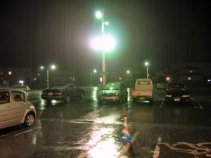 この日、ヨークベニマル伊達店にて。大雨洪水警報の中、滝のような雨に打たれる僕の Vitz。乗りたいのですが、撮影場所から 20m 程の駐車場までかけていく勇気も失せるような大雨。(本文とは関係ありません)