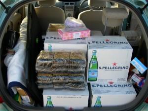 70 リットルのミネラルウォーター、10kg のパスタ、5kg の冷凍食品、大人 3 人を Vitz に乗せようとするとこうなる。もちろんこれは努力の賜物。2008-08-15 撮影