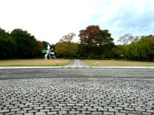 福島県立美術館の入口前の広場から庭を撮影