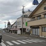 右側より旅館「福宝」、食堂旅館「山根荘」、旅館「たかはし」、道路をはさんでこちら側に少し見えるのが旅館食堂「叶屋」