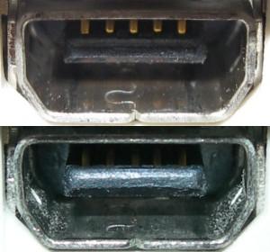 X01T USB 端子の比較。上が新しい端子、下が古い端子。若干角度が違いますし、カメラも違うのでフラッシュの当たり具合も違いますが、よく見ると見た目の違いはほとんどありません。しかし挿した感じはまったく違います