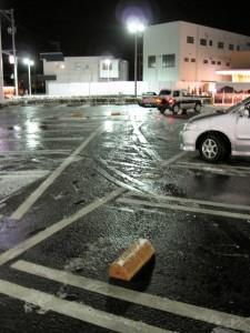 ヨークベニマルの駐車場にて。凍ってます。