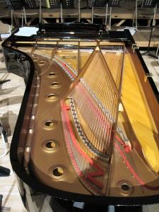 蓋のあいたグランドピアノ。四年生の作品発表のために使用するのだそうです。どうせなら弦の間に紙を挟むとかネジを乗せるとか…。