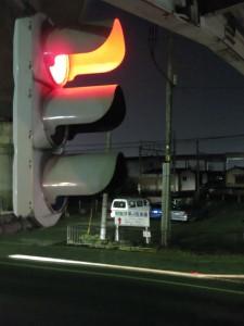 信号機。自動車の教習所で「信号機のランプはふつう、直径 30 cm です」と言われた時に、僕は信じられませんでした。でもこうやって間近に見てみると、確かにかなり大きい!