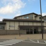 JR と会津鉄道の西若松駅。付近には高校が多く、高校生がたくさん乗り降りするそうです。とっても大きくて立派な駅ですが、最近できたもののようです。