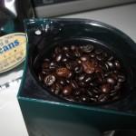 ミルする直前のインドネシア豆。黒光りしています。