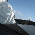 雪の回廊。道路の標高最高点を通過した直後あたりで。
