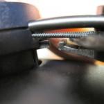 ミュートが働く突起。右側がヘッドバンド、左側がヘッドフォンの左スピーカー。