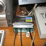 UA20-MLT とその周辺。UA20-MLT が乗っているのは、ELECOM の USB ハブ U2H-X4SCR。これももう 5 年選手ぐらい。