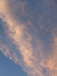 夕空。でも僕がこの曲を聴いてイメージするのは、もっとオレンジ色の夕空なんです。いい写真が見つかりませんでした。