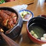 ひつまぶし。東日本のうな丼と違い、蒸さずに直接焼くので、ウナギの表面はカリカリとしています。