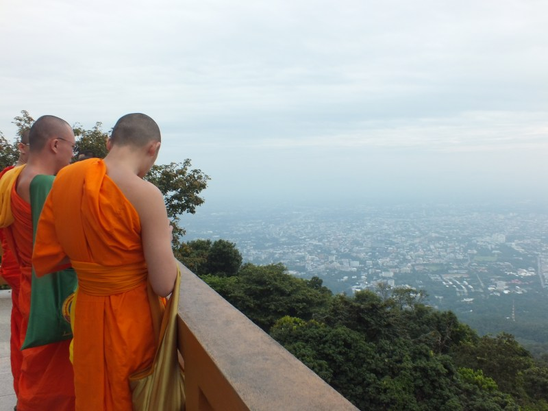 נזירים במקדש בצפון תאילנד