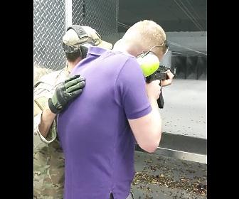 【動画】男性が射撃場でAk-47(自動小銃)を慎重に撃つが突然連射してしまい…