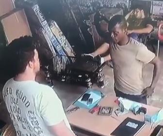 【動画】店に強盗が現れ店員を脅すが後ろで眠っている大男が起きて…