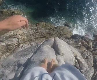 【動画】男性が高い崖の上から海に飛び込む映像が凄い!