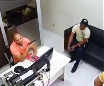 【動画】銃を組み立てる男性。横に座っている友人を誤まって撃ってしまう衝撃映像
