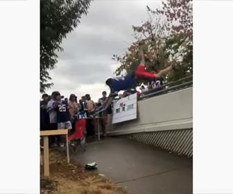 【動画】テンションが上がった男性が手すりを飛び越えテーブルにダイブするが…
