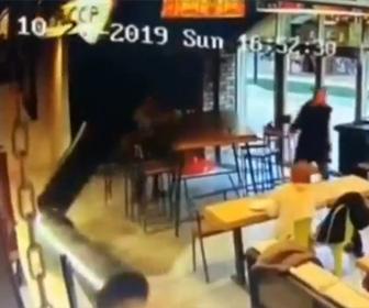 【動画】ショッピングモールのカフェでオープンした翌日に天井から巨大なパイプが落下してくる衝撃映像