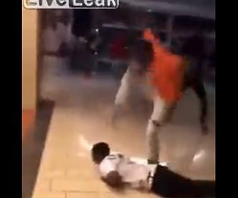 【動画】若者達がショッピングモールで大乱闘。殴り倒された男性の頭を踏みつける衝撃映像