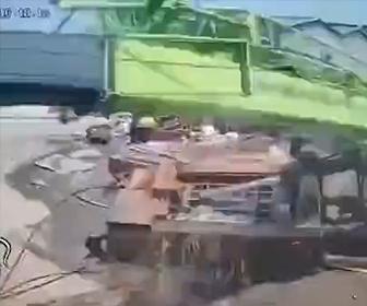 【事故】建設現場で大型クレーンが倒れ作業員が必死に逃げる衝撃映像