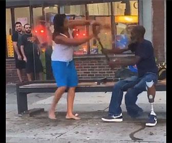 【喧嘩】片足がない義足の男性と女が喧嘩。男性は女を杖で殴るが…