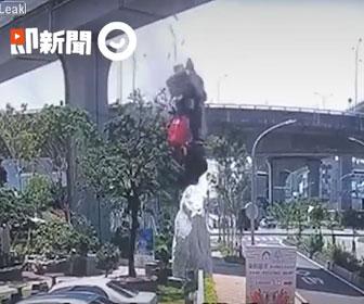 【事故】30メートル高架からミキサー車が落下してしまう衝撃事故映像