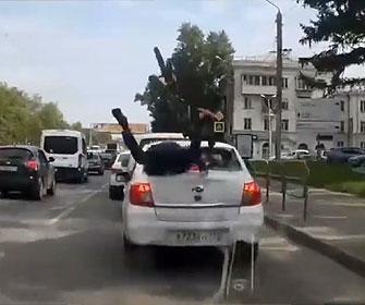 【衝撃】自転車に乗っている男性が前方不注意で前の車に激突しリアガラスに突っ込む衝撃映像