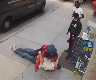 【喧嘩】退職した元警察官の白人男性とホームレスの黒人が喧嘩。タックルして殴りまくる衝撃映像