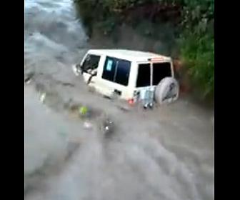 【災害】イエメンで洪水。濁流に家族が乗った車が流されてしまう衝撃映像