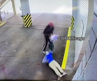 【強盗】85歳お婆さんに強盗が後ろから襲いかかる衝撃映像
